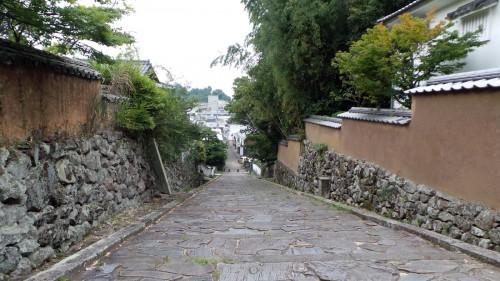 Chaussée en vieilles pierres et les murs en pierres et boue à Kitsuki sur l'île de Kyushu
