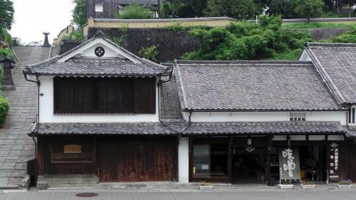 La rue commerçante aux maisons dantant d'Edo à Kitsuki sur l'île de Kyushu