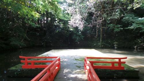 Pont menant à une cascade au au sanctuaire Usa Jingū, situé dans la péninsule de Kunisaki, au nord de la préfecture d'Ōita sur l'île de Kyushu