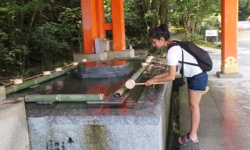 Rituel de purification avant d'entrée dans le sanctuaire Usa Jingū, situé dans la péninsule de Kunisaki, au nord de la préfecture d'Ōita sur l'île de Kyushu