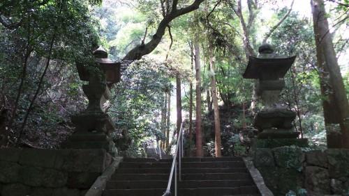 Les escaliers pour accéder au temple Monjusenji, dans la péninsule de Kunisaki, préfecture d'Oita sur l'île de Kyushu