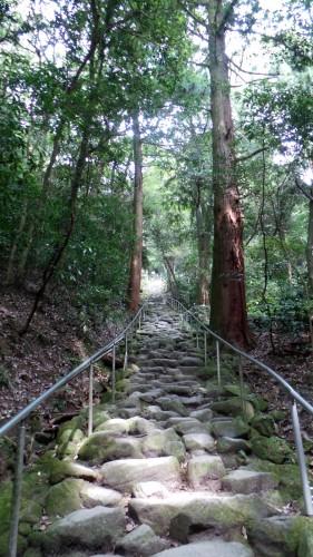 Chemin de pierre menant au Kumano-magai-butsu, dans la péninsule de Kunisaki, préfecture d'Oita sur l'île de Kyushu