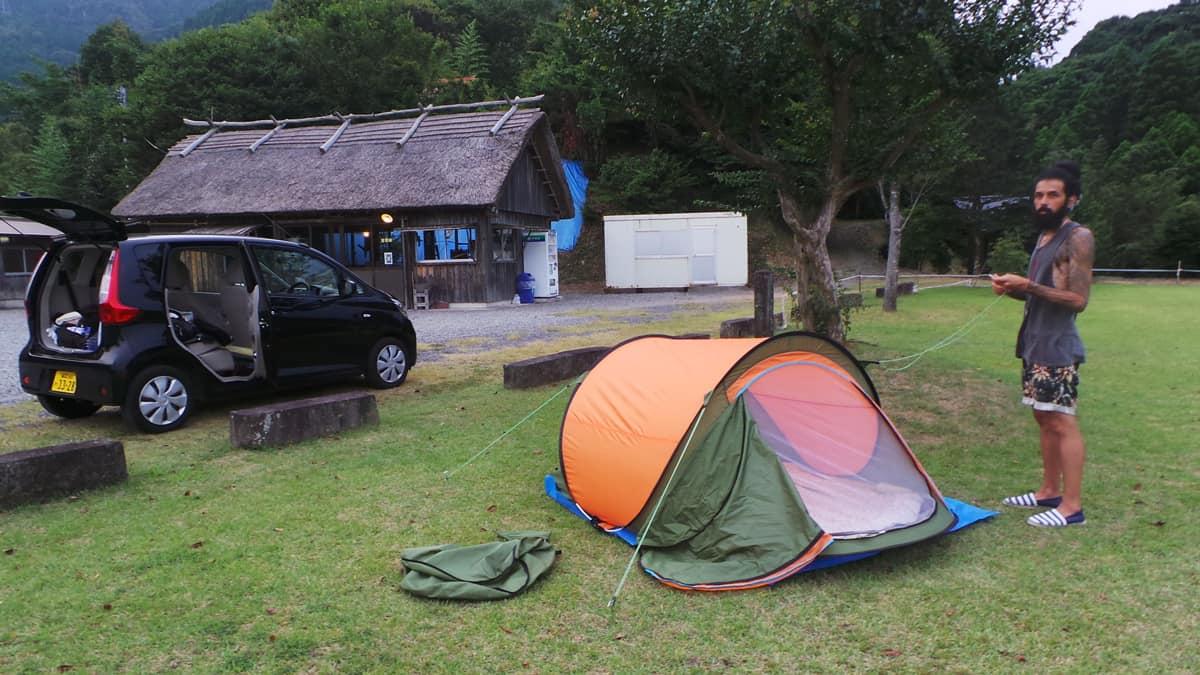 installation de la tente dans un camping japonais