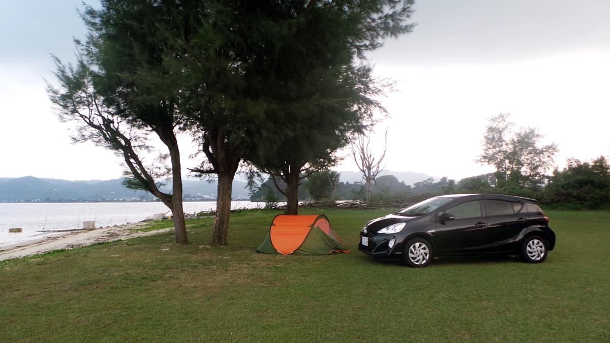 tente près d'une étendue d'eau au Japon