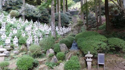 Centaines de Bouddha au temple « Raizan Sennyoji Daihioin » dans la péninsule d'Itoshima