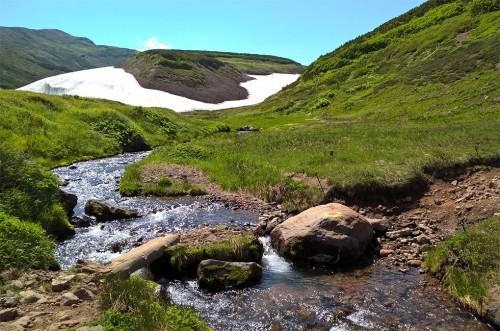 Neiges éternelles au sommet de la montagne Asahidake, parc Daizetsuzan, Hokkaido, Japon.