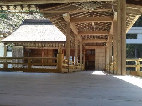 """Scène de théâtre """"Noh"""" dans un sanctuaire."""