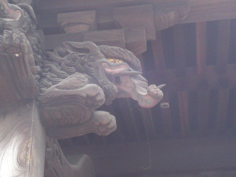 Détail d'un sanctuaire shinto : baku, dévoreur de cauchemars
