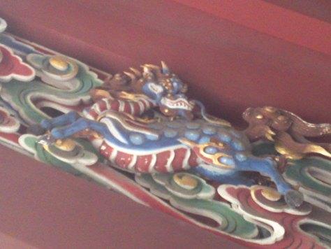 Détail d'un sanctuaire shinto : cheval-dragon kirin