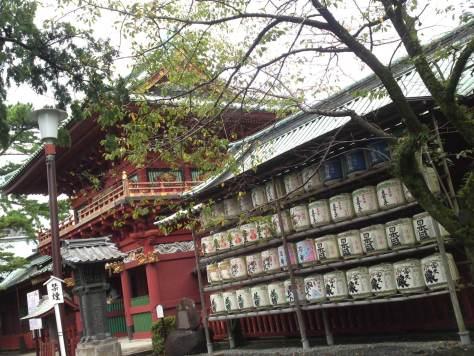 Barils de saké à l'entrée d'un sanctuaire shinto