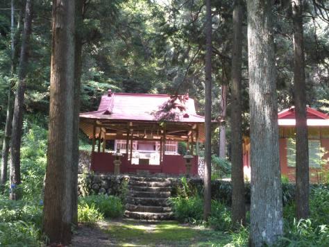 Sanctuaire shinto au milieu des arbres