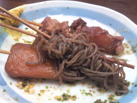 Zoom sur une assiette de Oden aux vermicelles.