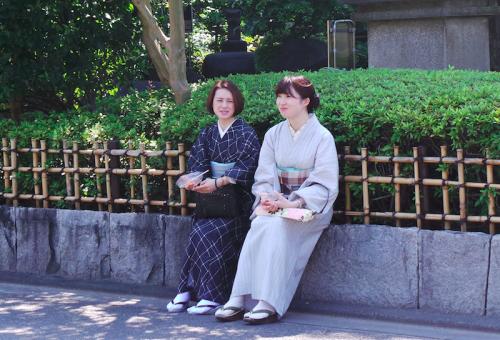 Japonaises en yukata pendant un matsuri, Tokyo, Japon.
