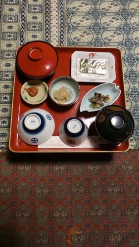 Petit-déjeuner servi dans la chambre d'un temple au mont Koya, Japon.