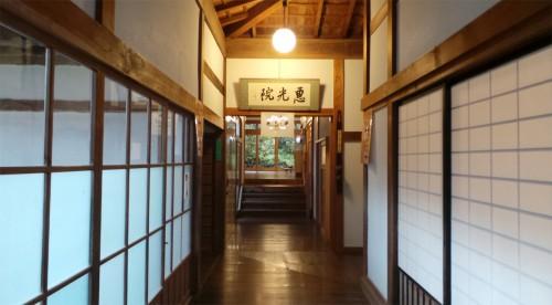 Les couloirs du temple Ekoin au mont Koya, Japon.