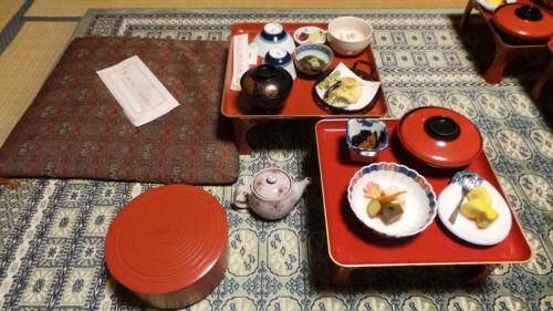 Dîner végétarien dans la chambre d'un temple au mont Koya, Japon.