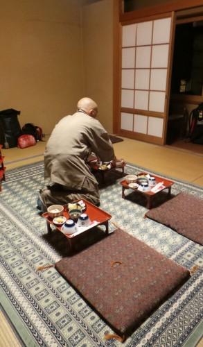 Moine installant le dîner dans la chambre d'un temple au mont Koya, Japon.