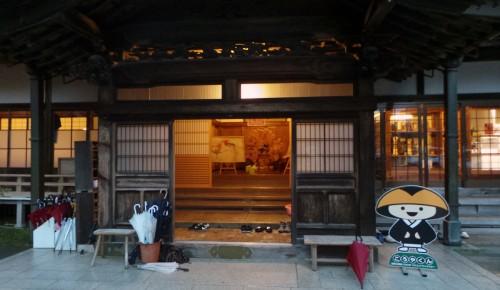 Salle d'accueil d'un temple où dormir au Mont Koya, Japon.