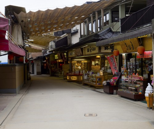 Rue Omotesando pendant koyo, île de Miyajima, Japon.