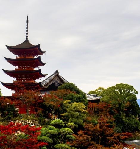 Pagode à cinq étages de l'île de Miyajima pendant koyo, Japon.