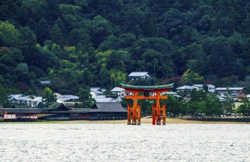Torii de Miyajima vu depuis le Matsudai Ferry en provenance d'Hiroshima.