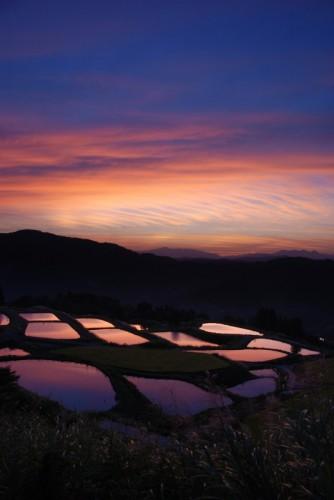 Coucher de soleil sur les rizières du village de Yamakoshi, Niigata, Japon.