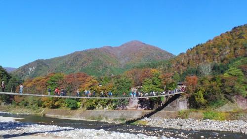 Pont suspendu permettant de rejoindre le musée en plein air.