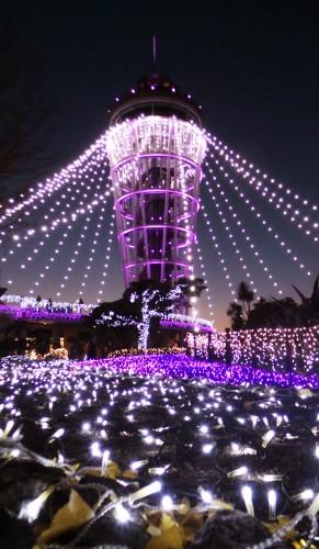 Illuminations d'hiver de l'île d'Enoshima près de Tokyo, phare du jardin Samuel Cocking, Japon.