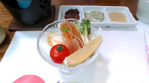 Entrée du menu du midi au restaurant Uomatsu à Izumi, Japon.