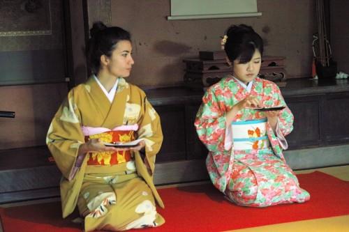 Cérémonie du thé en kimono à Izumi, kyushu, Japon.