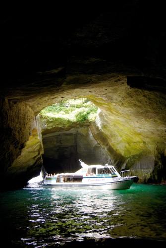 Croisière dans la grotte de Dogashima Tensodo au départ de Dogashima, péninsule d'Izu, Shizuoka.