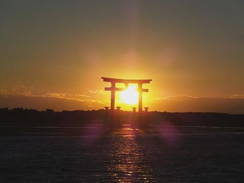 Torii flottant de la station bentenjima au coucher du soleil, sur le lac Hamana-ko, Shizuoka.