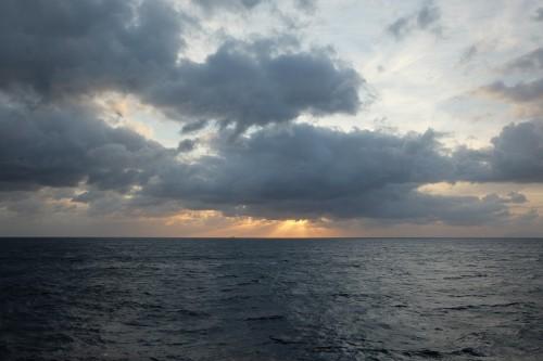 le coucher de soleil sur le ferry pour arriver dans l'archipel d'Ogasawara au Japon