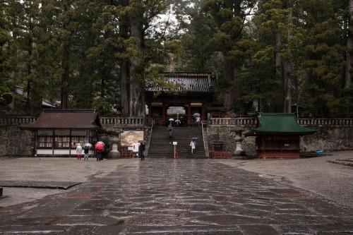 les marches en pierre de l'omotesendo au sanctuaire Toshogu à Nikko