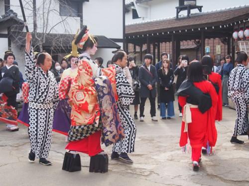 La procession des courtisanes Oiran à Nikko Edomura