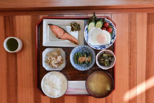 Le petit déjeuner de l'hébergement Zaigomon à Takane, un village tout près de Murakami