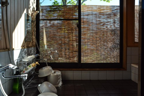 La salle de bain de l'hébergement Zaigomon à Takane, un village tout près de Murakami