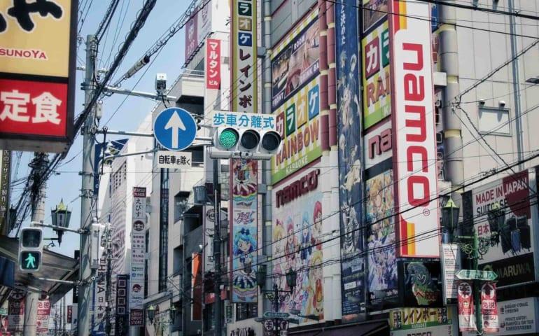 Affiches publicitaires à Den Den Town à Osaka
