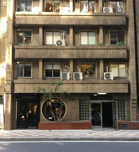 la façade de l'immeuble okuno, des années 30, à Ginza, cachant une galerie d'art.