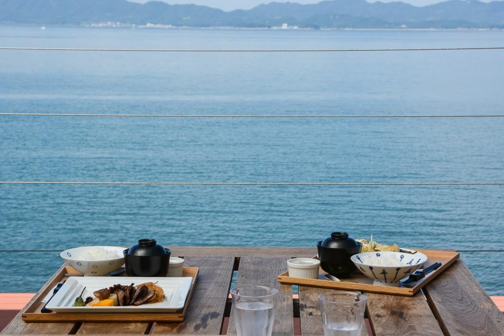 Vue sur la mer le temps du déjeuner au Umi no restaurant sur l'île de Teshima au Japon