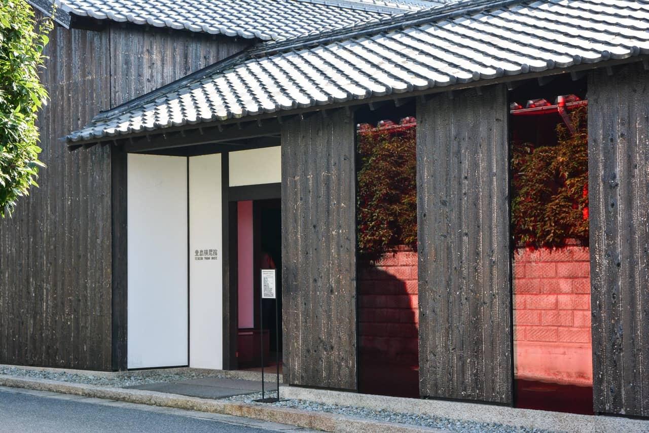 Yokoo House, une vieille maison traditionnelle japonaise repensée par l'artiste japonais Tadanori Yokô sur l'île de Teshima