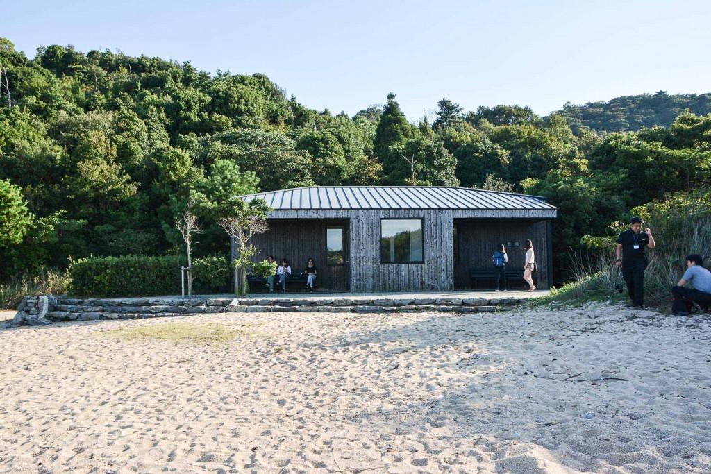 le cabanon dans lequel se trouvent Les archives du coeur, une oeuvre de Boltanski sur l'île de Teshima au Japon