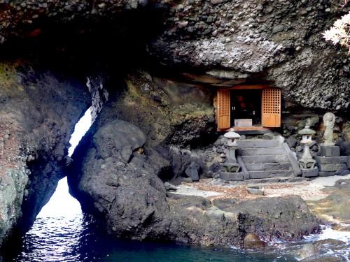 Les grottes marines de Nagasakibana et son mini sanctuaire, à Oita, Kyushu