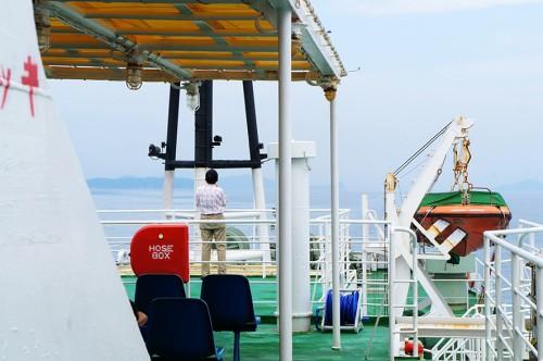 Un homme regarde la mer depuis le pont du ferry pour se rendre dans la péninsule de Kunisaki