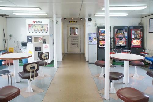 L'intérieur du ferry pour se rendre dans la péninsule de Kunisaki : salle de détente avec machines à sous et distributeur de cup ramen