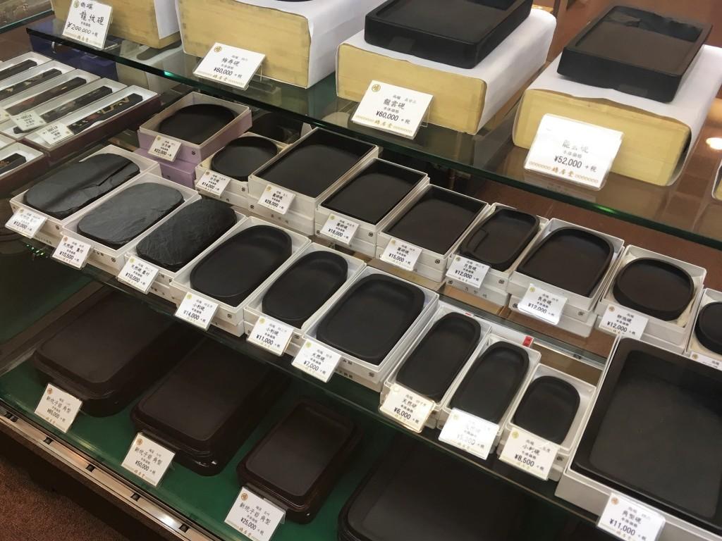 pierres à encre dans une papeterie à Tokyo