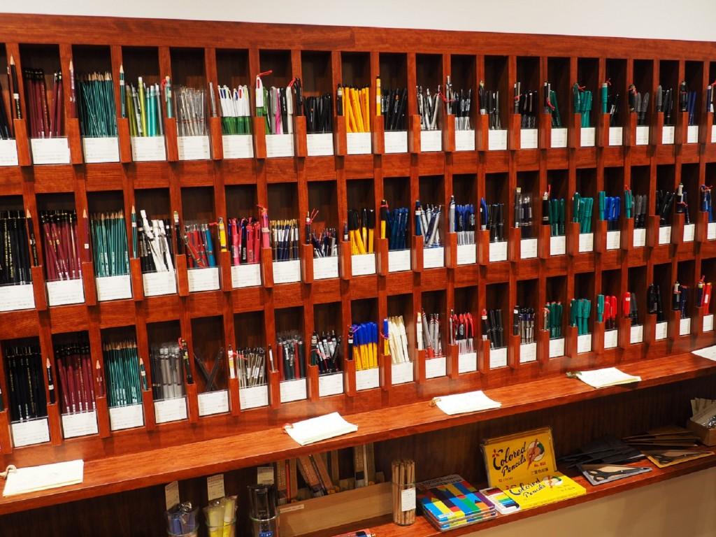 de nombreux stylos dans une papeterie au Japon