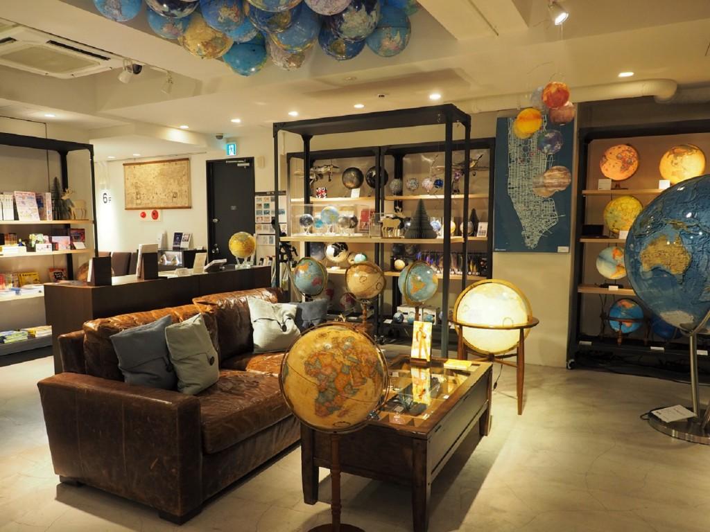 un étage dédié aux planisphères dans la papeterie Itoya à Tokyo