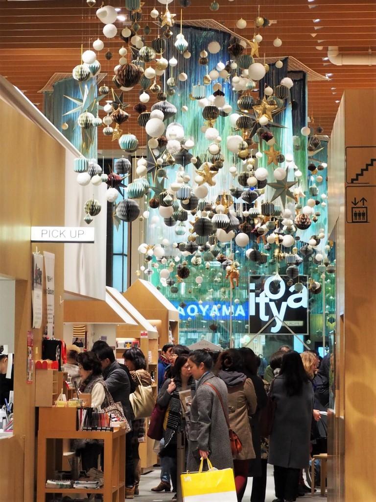 guirlandes de noël dans un magasin à Tokyo