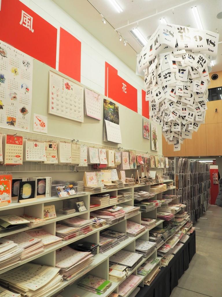 les immenses étagères de la paeterie Itoya à Tokyo